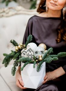 Новогодняя композиция с пихтой, домиком и шарами.