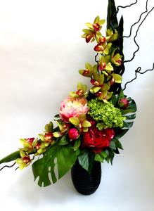 Композиция из искусственных цветов с пионами.