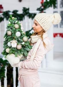 Новогодняя ёлочка из пихты с белыми и золотистыми шарами.