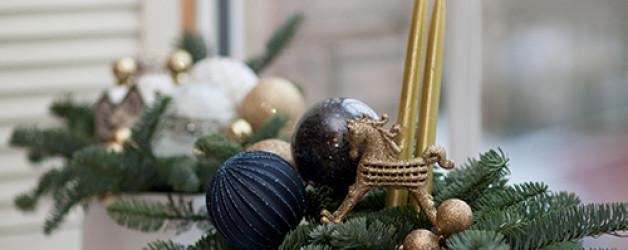 Новогодняя композиция в коробке с пихтой, лошадкой и свечами
