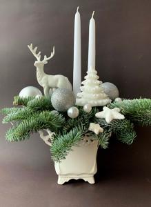 Новогодняя композиция с пихтой, свечами и оленем.
