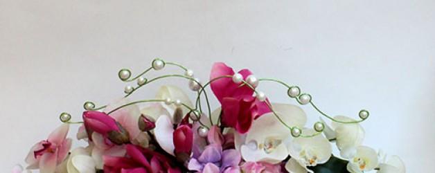 Оформление интерьера магазинов и офисов композициями из искусственных цветов.