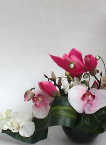 Композиция из искусственных цветов, с орхидеями и магнолией