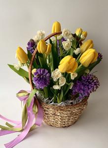 Корзина с тюльпанами, гиацинтами и нарциссами.