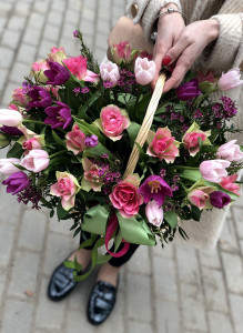 Корзина с тюльпанами и розами.