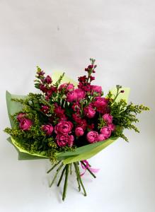 Букет из розовой кустовой розы, малиновой маттиолы и солидаго.