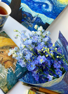 Букет из голубых дельфиниумов.