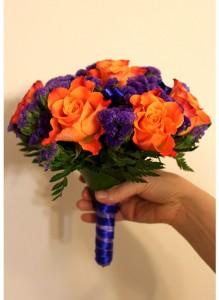 Букет невесты  из оранжевых роз и статицы.