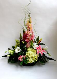 Композиция из искусственных цветов с дельфиниумом и люпинами.
