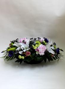 Композиция из искусственных цветов с лилиями, пионами и лизиантусами.