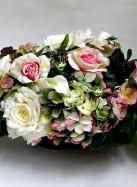 Композиция из искусственных цветов с белыми розами, гортензией и каллами.